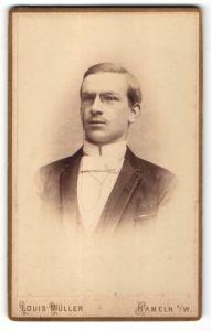 Fotografie Louis Müller, Hameln a/W, Portrait junger Herr in Abendgarderobe mit Zwicker