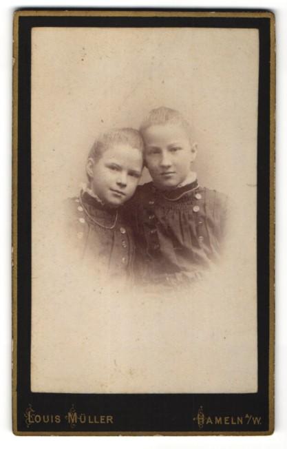 Fotografie Louis Müller, Hameln a/W, Portrait Mädchen mit kleiner Schwester