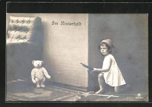 AK Im Hinterhalt, Knabe mit Spielzeuggewehr und Steiff-Teddy
