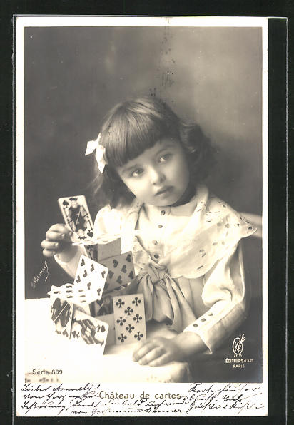 AK Kartenspiel, Mädchen baut einen Turm aus Spielkarten