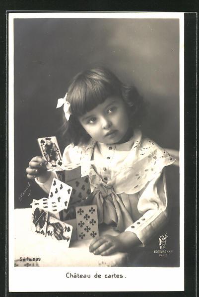 AK Mädchen baut einen Turm mit den Spielkarten eines Kartenspiels