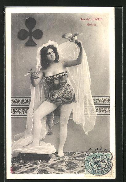 AK Leicht bekleidete Dame hält Tauben in den Händen, Kartenspiel, Kreuz-Zeichen