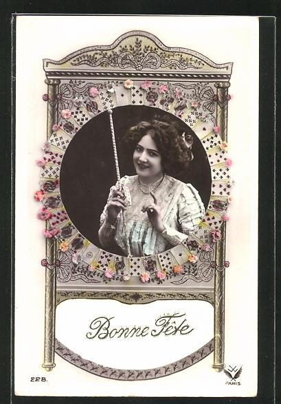 AK Junge Frau mit einem Kartenspiel