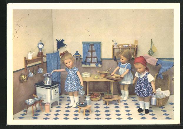 AK Käthe Kruse-Puppen bei der Küchenarbeit
