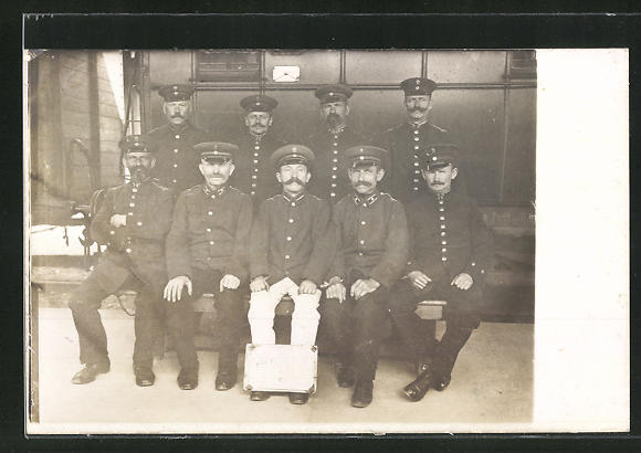 Foto-AK Eisenbahner in Uniform im Bahnhof
