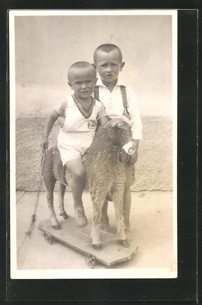 Foto-AK Zwei Knaben mit einem Spielzeugpferd auf Rollen