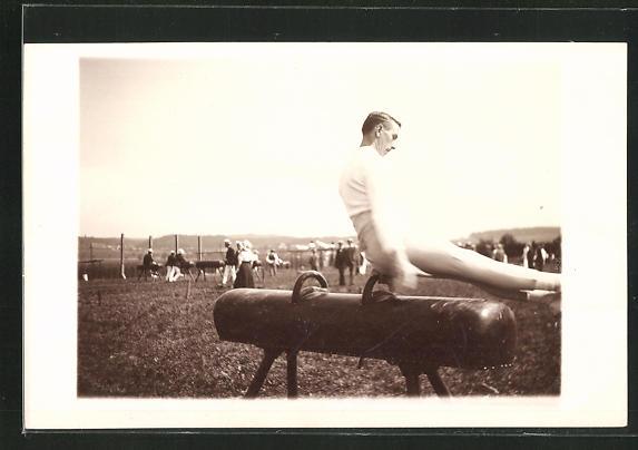 Foto-AK Bern, Turner am Pferd im Freien