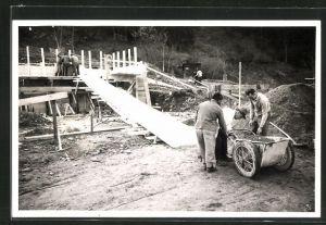 Foto-AK Zimmerleute und Maurer auf Baustelle