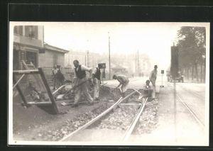 Foto-AK Strassenbauer bei Gleisarbeiten