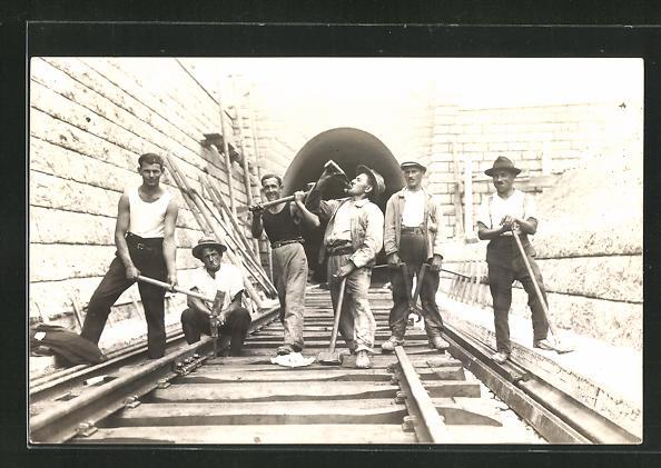 Foto-AK Eisenbahner beim Gleisbau