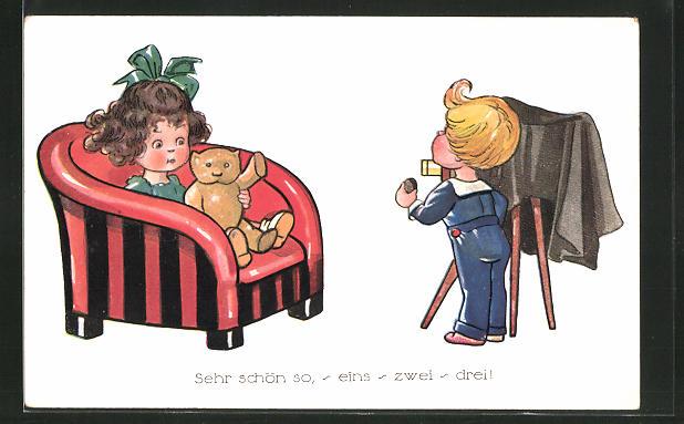 AK Mädchen mit Teddy auf einem Sessel und Junge mit einem Fotoapparat