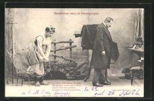 AK Madeleine chez le Photographe, Fotoapparat auf einem Stativ