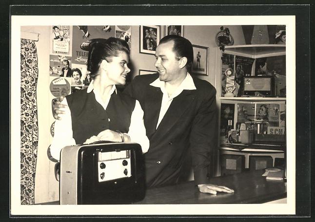 AK Mann und Frau in einem Radio-Fachgeschäft
