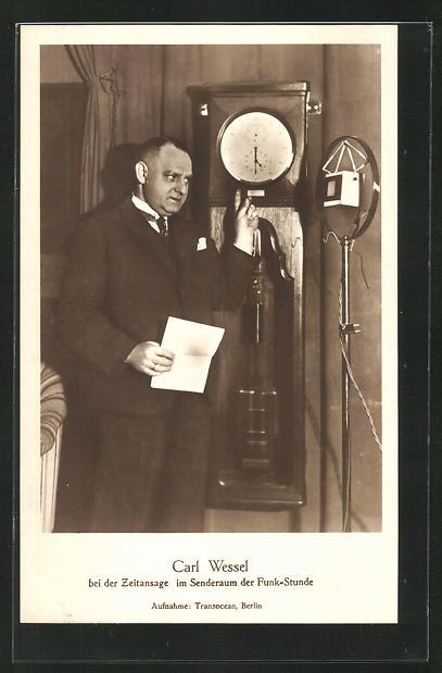 AK Carl Wiesel bei der Zeitansage im Senderaum der Funk-Stunde, Radio