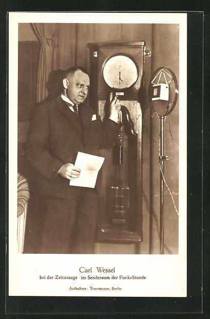 AK Carl Wiesel bei der Zeitansage im Senderaum der Funk-Stunde, Uhr, Mikrofon, Radio