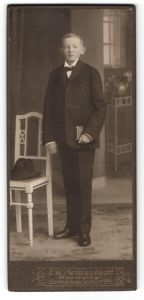 Fotografie F. W. Matthias, Seifhennersdorf in Sachsen, Junge mit Fliege