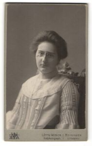Fotografie L. Otto Weber, Meiningen, Frau mit Brille