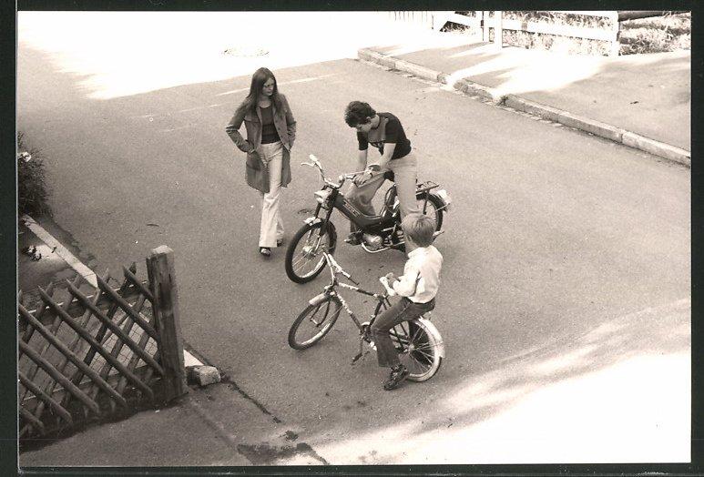 Fotografie Motorrad Kreidler Mofa, Bursche auf LKrad sitzend, Knabe mit Fahrrad