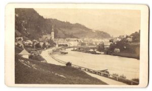 Fotografie Jos. Frauenlob, Ischl, Ansicht Laufen, Ortschaft mit Flusslauf und Kirche