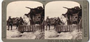 Stereo-Fotografie Sanitäter mit Verwundeten passieren Panzerwrack nach der Schlacht bei Villers-Bretonneux