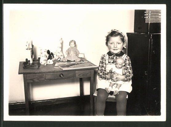 Fotografie Mädchen mit Puppen, Stofftier & Spielzeug-Hund