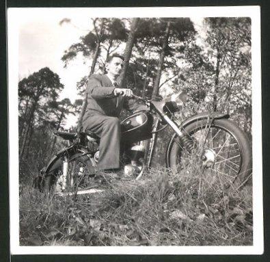 Fotografie Motorrad DKW, Mann im Anzug auf Krad sitzend