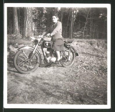 Fotografie Motorrad DKW, Hausfrau auf Krad sitzend