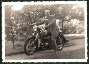 Fotografie Motorrad Maico, betagter Mann auf Krad sitzend