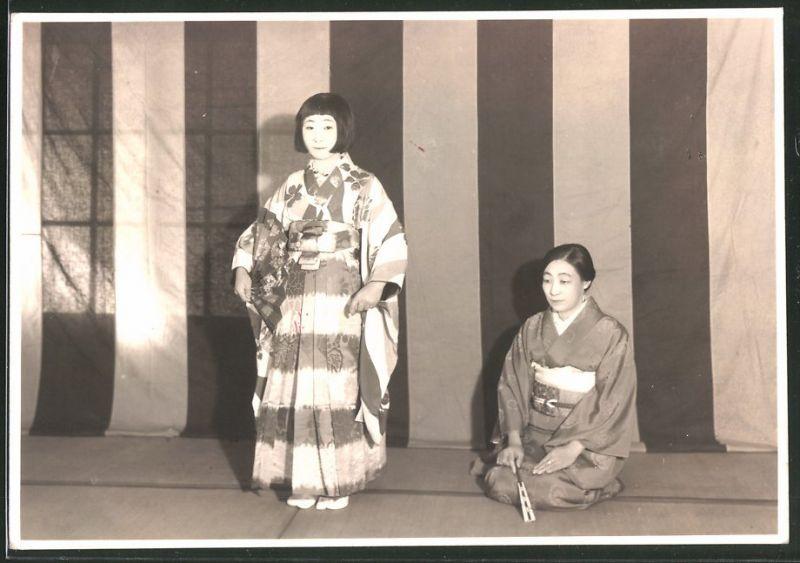 Fotografie Geisha im Kimono während einer Theater-Vorführung