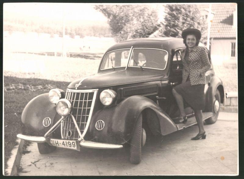 Fotografie Auto Wanderer W23, hübsche junge Dame auf Trittbrett stehend, Kfz-Kennzeichen: HH-4199