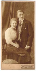 Fotografie Arthur Eichhoff, Berlin-Neukölln, Ehepaar wohl gekleidet im Foto-Atelier