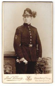 Fotografie Paul Körnig, Annaberg i/S, Portrait Sächsischer Jäger mit Tschako, Regiment 12, Ärmelabzeichen