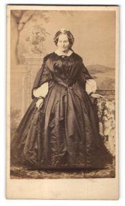 Fotografie betagte Dame in eleganter Garderobe mit Kopfschmuck
