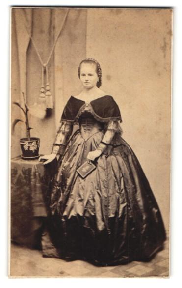 Fotografie edle junge Dame in elegantem Abendkleid