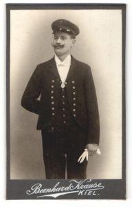 Fotografie Bernhard Krause, Kiel, Portrait Seemann in Dienstkleidung