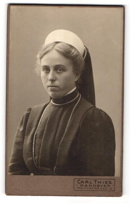 Fotografie Carl Thies, Hannover, Portrait Ordensschwester in Gewand mit Kopfbedeckung
