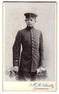 Fotografie M. B. Schultz, Flensburg, Portrait junger Briefträger in Dienstkleidung