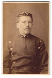 Fotografie Rud. Conrad, Berlin, Portrait Eisenbahner in Dienstkleidung