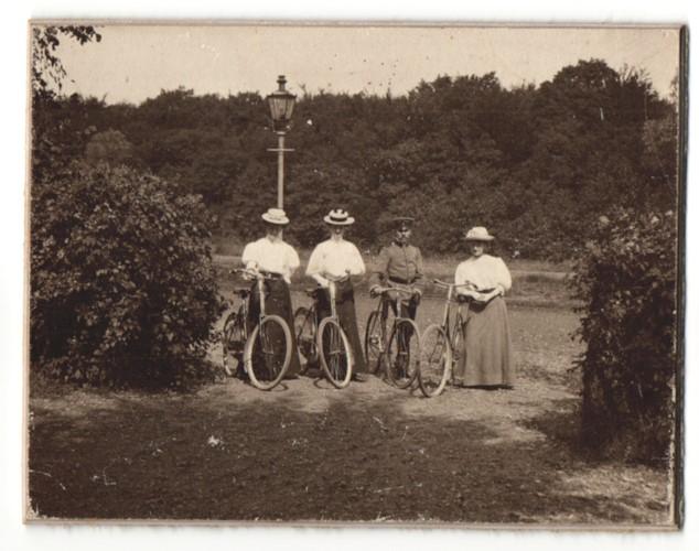 Fotografie Soldat und drei Damen mit Fahrrad