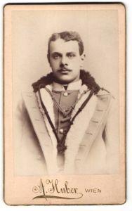 Fotografie A. Huber, Wien, Portrait österr. Soldat in Uniformmantel