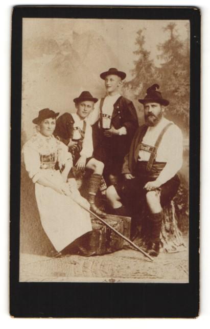 Fotografie unbekannter Fotograf und Ort, Portrait Familie aus Bayern in Tracht