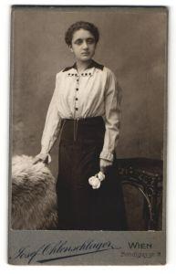 Fotografie Josef Ohlenschlager, Wien, Portrait dunkelhaariges Fräulein mit Rose in der Hand