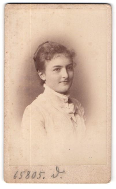 Fotografie Teich Hanfstaengl, Dresden, Portrait junge Schönheit min schöner Bluse mit Schleife am Kragen