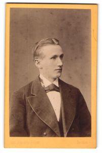 Fotografie Jean Baptiste Feilner, Bremen, Portrait junger blonder Mann mit Fliege im Jackett