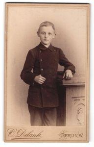 Fotografie C. Delank, Berlin, Portrait hübscher blonder Bube im Anzug