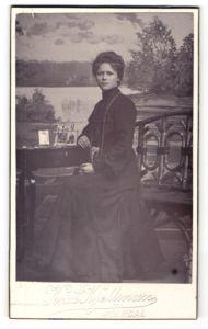 Fotografie Knut Kjellman, Mölndal, Portrait dunkelhaarige junge Schönheit im eleganten schwarzen Kleid