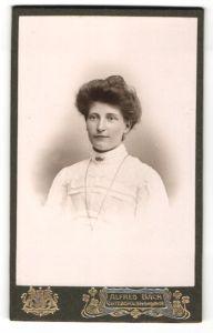 Fotografie Alfred Back, Göteborg, Portrait dunkelhaarige Schönheit mit Dutt in weisser Bluse
