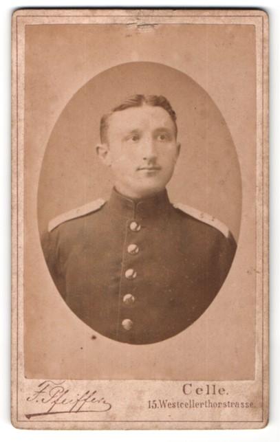 Fotografie F. Pfeiffer, Celle, Portrait dunkelhaariger junger Soldat in Uniform
