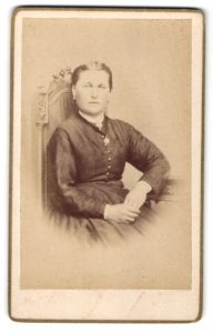 Fotografie unbekannter Fotograf und Ort, Portrait bürgerliche Dame auf einem Stuhl sitzend