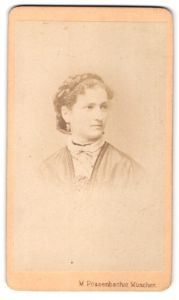 Fotografie M. Pössenbacher, München, Portrait hübsche junge Dame mit Flechtfrisur